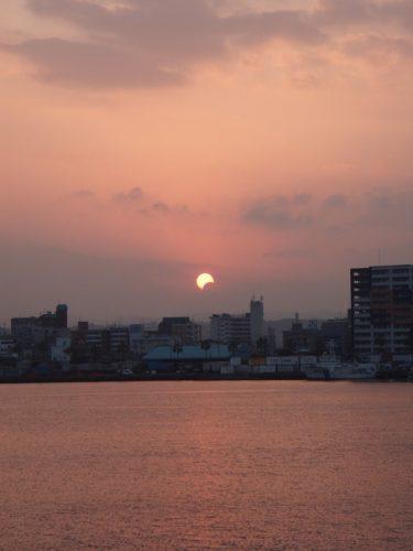 新港赤灯台突堤より望む